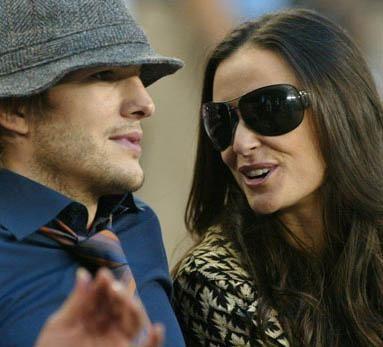 Demi Moore eşi Ashton Kutcher'dan tam 15 yaş büyük. Moore, 1962 doğumlu, eşi ise 1978.